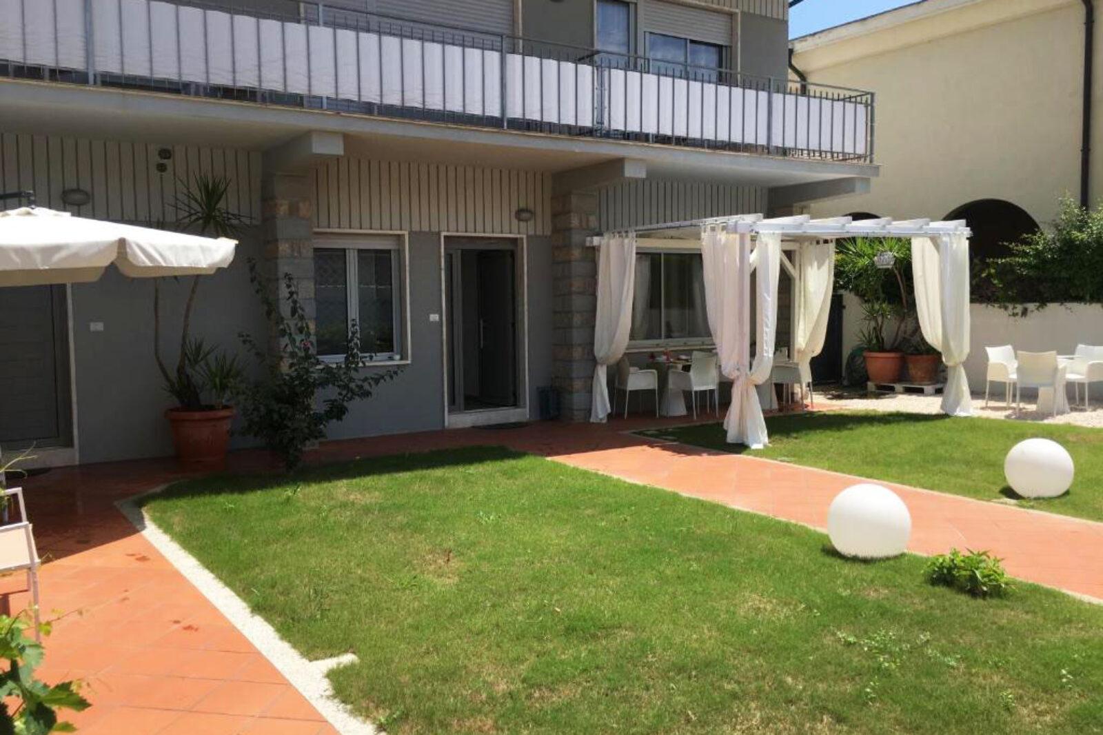Il giardino dell'affittacamere a Olbia